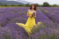 Девушка в поле лаванды стоковые фото