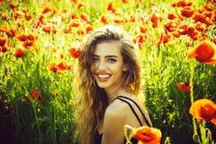 девушка в поле макового семенени стоковые фотографии rf