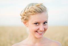 Девушка в поле с колосками стоковая фотография