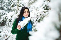Девушка в портрете леса зимы девушки Девушка в зиме идет в древесины снег льет от ветви Стоковая Фотография