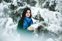 Девушка в портрете леса зимы девушки Девушка в зиме идет в древесины снег льет от ветви Стоковые Изображения