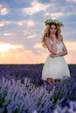 Девушка в поле лаванды на заходе солнца Стоковые Фото