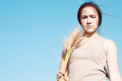 Девушка в поле пшеницы Стоковое Фото
