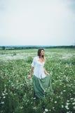 Девушка в поле стоцветов Стоковое Фото
