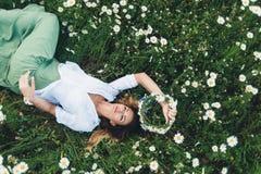 Девушка в поле стоцветов Стоковая Фотография RF