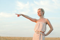 Девушка в поле с колосками Стоковое фото RF