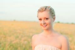 Девушка в поле с колосками Стоковые Изображения