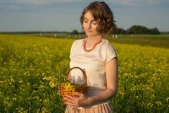 Девушка в поле Стоковые Изображения RF