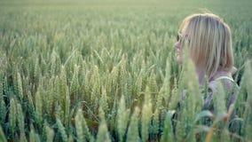 Девушка в поле акции видеоматериалы