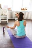 Девушка в положении лотоса раздумье, студия йоги Стоковое фото RF