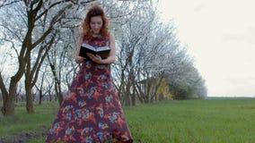 Девушка в положении платья поворачивает дневник страницы дальше видеоматериал