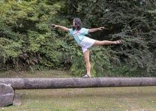 Девушка в представлении танца на журнал, дендропарк 13 годовалая Amerasian парка Вашингтона, Сиэтл, Вашингтон стоковые фотографии rf