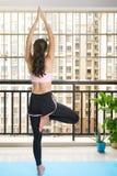Девушка в представлении йоги дерева дома Стоковые Фотографии RF