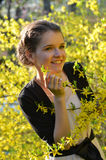 Девушка в природе на времени весны Стоковое Изображение