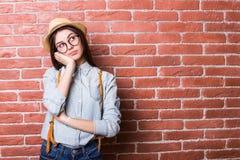 Девушка в пробуренный представлять вскользь одежд, шляпы и eyeglasses Стоковое Фото