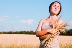 Девушка в пшеничном поле Стоковое Изображение