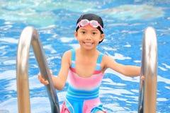 Девушка в плавательном бассеине стоковая фотография rf