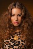 Девушка в платье леопарда и черных ботинках на коричневой предпосылке Стоковые Фотографии RF