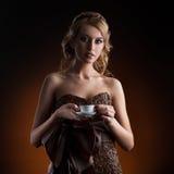 Девушка в платье сделанном из кофейных зерен стоковое фото