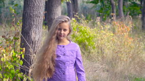 Девушка в древесинах видеоматериал