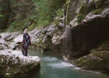 Девушка в реке горы конца положения плащпалаты стоковое изображение rf