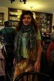 Девушка в ресторане с красивым oriental Стоковая Фотография