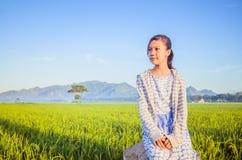 Девушка в рисовых полях Стоковое Изображение