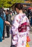 Девушка в розовом кимоно на улице города, токио, Японии вертикально Конец-вверх задний взгляд Стоковые Фото