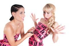 Девушка в розовом платье ленты cuting с ножницами Стоковые Изображения