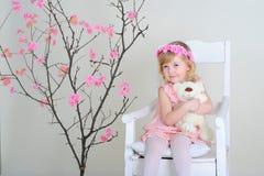 Девушка в розовом платье и венке на его голове Стоковая Фотография RF
