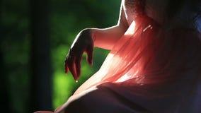 Девушка в розовом платье сидя на стенде на a видеоматериал