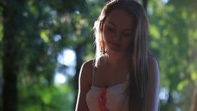 Девушка в розовом платье сидя на стенде на a акции видеоматериалы