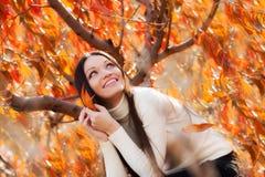 Девушка в саде осени Стоковые Изображения RF