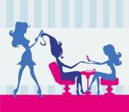 Девушка в салоне красоты, маникюре и парикмахере Стоковые Изображения RF