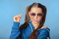 Девушка в свитере стекел и спорт стоковое фото rf