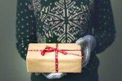 Девушка в свитере ` s Нового Года Стоковое Изображение RF
