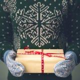 Девушка в свитере ` s Нового Года Стоковое Изображение