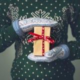 Девушка в свитере ` s Нового Года Стоковые Изображения