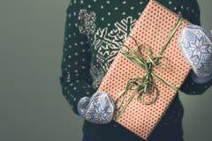 Девушка в свитере ` s Нового Года Стоковая Фотография RF