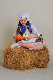 Девушка в сене подавая моркови зайчика пасхи Стоковые Фото