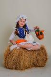 Девушка в сене подавая моркови зайчика пасхи Стоковая Фотография RF