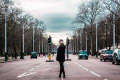 Девушка в середине улиц Лондона стоковые фотографии rf