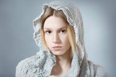 Девушка в сером клобуке Стоковое фото RF