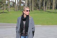 Девушка в сером пальто stroll стоковое фото
