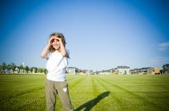 Девушка в смотреть поля Стоковые Изображения
