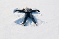 Девушка в снеге делая ангела Стоковое Изображение