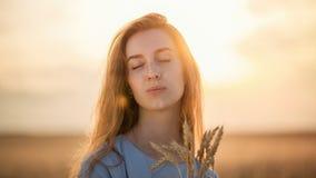 Девушка в солнце на заходе солнца Стоковое Изображение RF