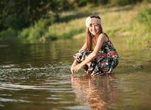 Девушка в солнце на реке Стоковая Фотография RF