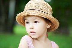 Девушка в соломенной шляпе в парке Стоковые Изображения