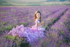 Девушка в соломенной шляпе в поле лаванды с корзиной лаванды Девушка в поле лаванды Девушка с букетом лаванды Стоковое фото RF